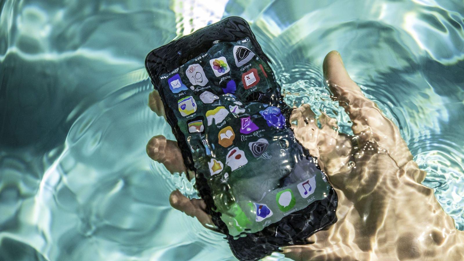 1496572368_iphone-7-pool-tests-water-splash-0071